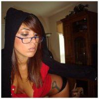 Coquine sexy à lunettes qui aime l'exhib